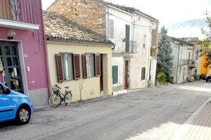 De föll för det gula huset mot bygatan i Perano.
