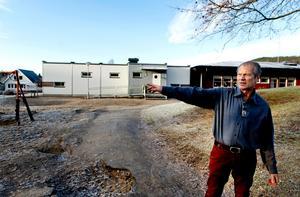 Christer Schmidt är rektor på Österro skola. Här utanför de tillfälliga paviljongerna som har blivit mer eller mindre permanenta. Bild: Mårten Englin/arkiv