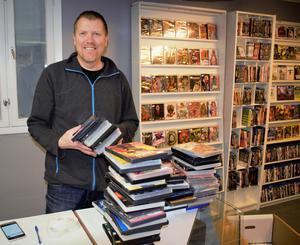 Det finns alltid att göra på kontoret och lagret som blivit butik. Här ses Nisse vid kassan, intill TV-spelsavdelningen.