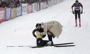 En trött Britta Johansson Norgren kramas om av kransmasen Victor Sticko efter målgång.