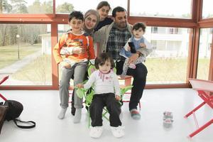 Hela familjen på glasverandan. Jawad, mamma Raghd, Marya, pappa Yousef, Samia och längst fram Asia.