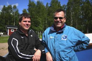 Patrik Forsell (till höger) och ordförande i Västerdalarnas Dyksällskap, Claes Hermansson, övervakar dykarnas arbete vid starten för Vansbro tjejsim.