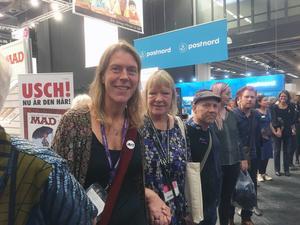 Viveka Sjögren var en av alla författare och mässbesökare som deltog i den mänskliga kedjan som protest mot Ungerns inhumana flyktingpolitik.