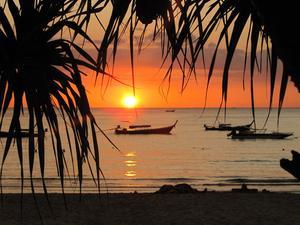 Solnedgång på den lilla bilfria ön Koh Mook i Thailand. Varje kväll får man sitta i sanden och njuta av det vackra skådespelet.