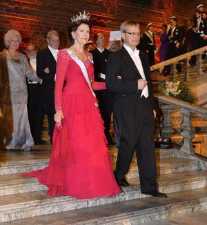 Drottning Silvia och Nobelstiftelsens ordförande Carl Henrik Heldin.