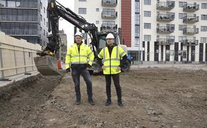 Nobicores Magnus Nilsson, platschef, och Magnus Fridell, vd, har startat bygget av nya bostadsrätter på Norra kajen. Den nya fastigheten med 18 lägenheter som ska stå klar i början av december nästa år.