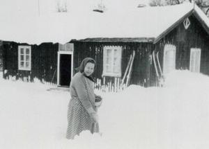 Maria Nordfjäll skottar snö vid hemmet. Foto: Okänd