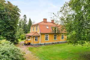 Vackert sekelskifteshus från 1903 i Horndal, 2,5 mil nordost om Avesta, med en stämningsfull glasveranda och genomgående hög takhöjd. Foto: Patrik Persson.