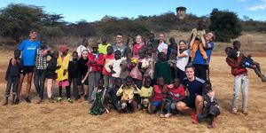 """Arbogaeleverna spelade ofta fotboll i närheten av där de bodde med lokalbefolkningen. """"Barnen var alltid glada, oavsett levnadsförhållande och de gillade att ta på våra armar och ville känna på vår vita hy"""", säger Hannes Bager. Foto: Privat"""