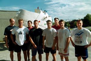 Timrås nya spelare inför säsongen 2002/03 radades även upp för en artikel i Sundsvalls Tidning. Från vänster: Kalle Koskinen, Sanny Lindström, Martin Lindman, Markus Åkerblom, Christian Sjögren, Valeri Krykov, Patrik Wallenberg och Toni Koivunen. Bild: Sören Walldin