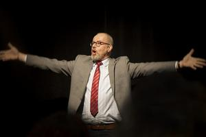 Lennart Jähkel som slipad politiker. Foto: Chantal Jannouch.