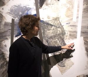 Sigrid Sandström öppnar sina målningar för oändliga tolkningar och perspektiv.