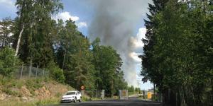 En kraftig rökpelare syntes från långt håll vid branden på Tveta återvinningscentral. Inledningsvis befarade man spridningsrisk till intilliggande skog, men tack vare räddningstjänstens och Telge Återvinnings personals hårda arbete avvärjdes den risken.