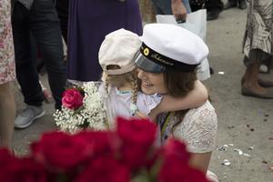 Blommor, bubbel och gosedjur hängdes runt studenternas halsar.