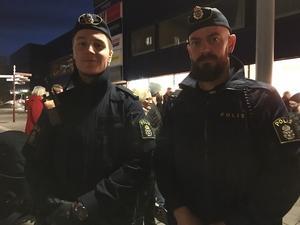Polisen ordnade snabbt med tillstånd, och under själva manifestationen dök också två poliser upp på eget initiativ.  – Det kändes självklart att komma hit och visa vår respekt, säger Simon Hjort och Jimmy Owetz.