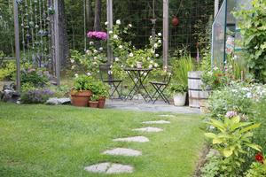 Runt om i trädgården finns det många sittplatser.