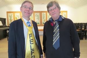 Finnmarksprästen Carl Johan Rudman och Rättviks förre kyrkoherde Sven Trägårdh poserar med slipsar. Foto: Walters Börje Edénius
