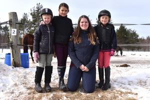 Clara Westman, Holly Brottare, Ebba Lindh och Tilde Enlund efter ett avslutat pass i ridskolan.