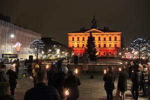 Rådhuset lystes upp i brinnande orange under måndagskvällens manifestation.