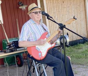 Lennart Borgebo spelade härliga låtar.