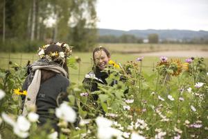 Marika får sällskap i odlingen av floristen Josefin som plockar till en dekorativ krans.