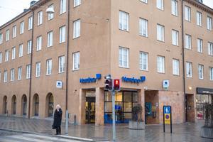 Ovanpå Nordeas bankkontor vill Telge bostäder göra om den gamla banklokalen till lägenheter.