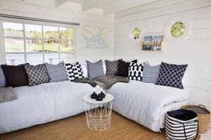 I husbåten finns denna soffa som även agerar säng. Mia som jobbar som inredare har inrett med marint tema.