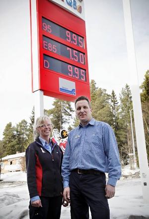"""Mats Eriksson och Christina Olsson har nu sänkt priset på drivmedel till under 10 kronor efter att olja hittats i marken under macken. """"Förhoppnings kan vi sänka priset ännu mer längre fram"""", säger Mats."""
