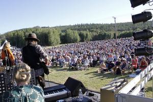 Tusentals samlades i Kårböle på söndagen. För att fira samarbetet som släckte de katastrofala skogsbränderna i somras. Bild: Carole Tärnudd