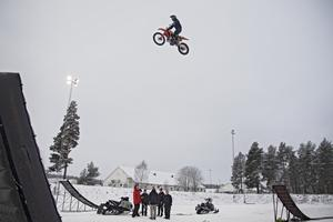 Det bjuds på extremsport på hög höjd i samband med årets annandagsbandy på Sävstaås.