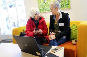 Solveig Månsson från Vaplan fick hjälp med sin nya mobiltelefon av Monica Anderson när Digidel Center hade drop in i Nälden. Efter besöket kunde Solveig både titta på missade tv-program och hitta recept på sin nya telefon.