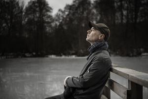 """Tom Malmquist söker efter svar i ett mordfall i """"All den luft som omger oss """". Bild: TT"""