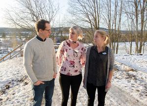 Rektorn Mathias Mjörnheim och lärarna Sylvia Estlind och Lotta Liljeström diskuterar förslaget att lägga ner Runsviksskola.