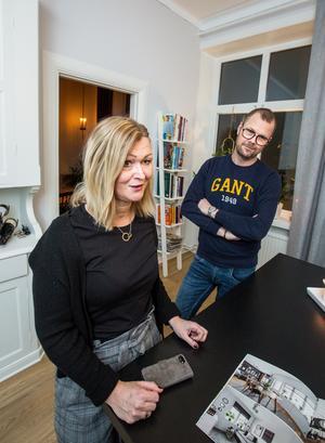 Innan familjen Hurtig flyttade in fick de hela lägenheten totalrenoverad och kunde själva köpa till en köks-ö.