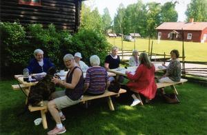 Kvinnor i Svenska kyrkans studiecirkelträff på Gammelgården i Borlänge och firandet av Ingegerd Hellberg 90 år.