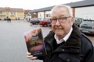 – Exakt var på tomten veminns jag inte men här på parkeringen någonstans låg Linde ljusbad, säger John Jäderqvist.