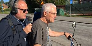 Pär Fontander, reporter och programledare på P4 Stockholm, intervjuade Nisse Skogmyr inför Mopedumrundan – bakpå moppen.