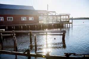 I fiskeläget Mellanfjärden är sommarkänslan påtaglig. Här kan man strosa bland sjöbodar och höra måsarnas skrik. Här finns bland annat Hamnmagasinet med konsthantverk, restaurang, fiskbutik, gästhamn och havsbad. I närheten ligger också barnfamiljernas sommarfavorit – Trolska skogen.