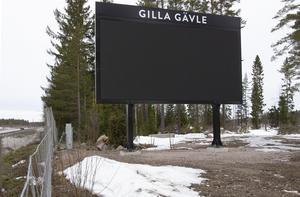 Infartskylten från E 4 södra infart till Gävle förstördes av någon eller några personer under helgen. Skylten har tre tydliga hål i led-panelerna.