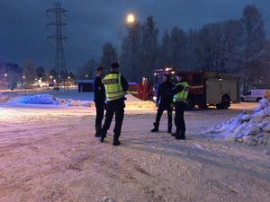 Bland annat polis och räddningstjänst på plats vid fastigheten där det brunnit.