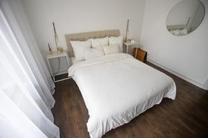 Vita sängkläder och vita väggar.