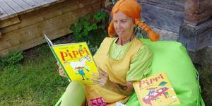 Pippi Långstrump läser högt för de yngre under bibliotekets kulturkväll. Foto:Härjedalens bibliotek.