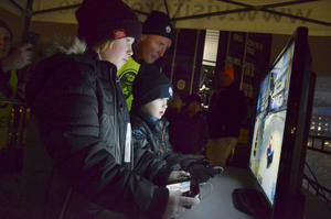 Milo Eriksson, 7 år och Carl Rydh, 10, spelar medan Christoffer Skoog övervakar så att spelet kommer igång.