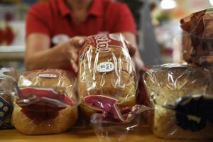 Mjölk och bröd fylls på i butiken dagligen.