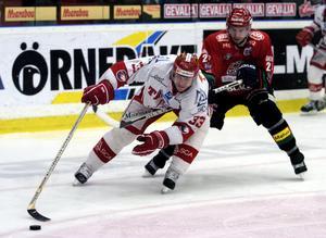 Fredrik Modin Timrå IK jagas av Adrian Aucoin i MODO under lockoutsäsongen 2004/2005