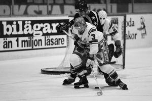 Sture Andersson i aktion i en match i december 1978. Några månader senare stod han och Modo AIK som svenska mästare. Bild: Bildbyrån