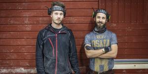 Magnus Tengström och Robin Rehnsbo har jobbat i cirka tre år i husfabriken i Hissmofors.