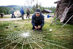 Morteza Golestani väver det spindelnät
