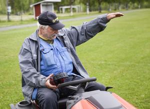 Roger Molin sköter om gräset på Alby IP.