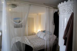 Vackra kakelugnar från slutet av 1800-talet finns det gott om i stadens äldta lägenhet.